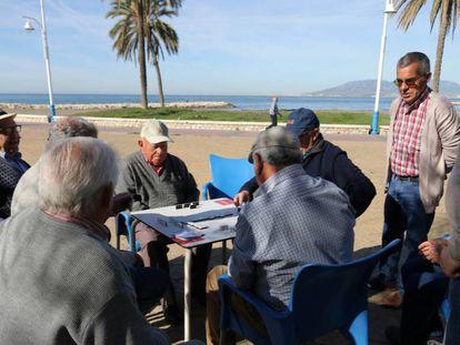 En foto: un grupo de ancianos juega al dominó en la playa de Málaga el 28 de abril de 2019. En vídeo: declaraciones de Juanma Moreno, líder del PP en Andalucía.