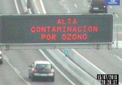 Panel de aviso sobre ozono en la M-30 de Madrid.