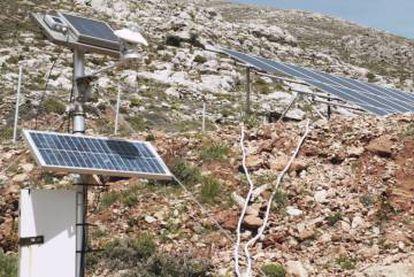 Placas solares en la isla griega de Tilos.