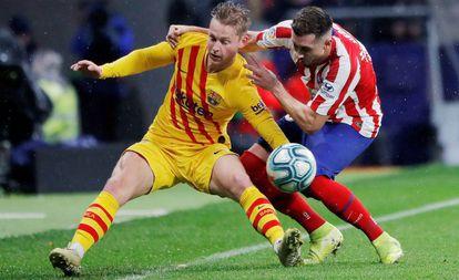 Herrera pugna por el balón con De Jong.