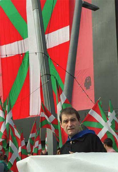 Josu Ternera, en el homenaje a la <i>ikurriña</i> en las fiestas de Bilbao de 2001.