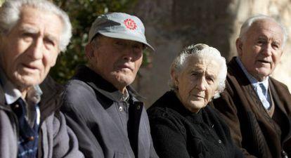 Varios ancianos de Olmeda de la Cuesta (Cuenca).