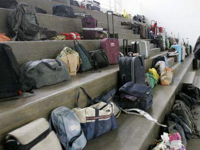 Equipaje de los pasajeros del tren accidentado el pasado miércoles esperando a ser recogidos.