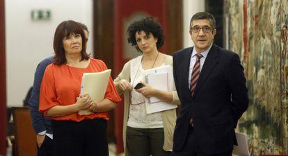 El presidente del Congreso, Patxi López, con su jefa de gabinete y la presidenta del PSOE.