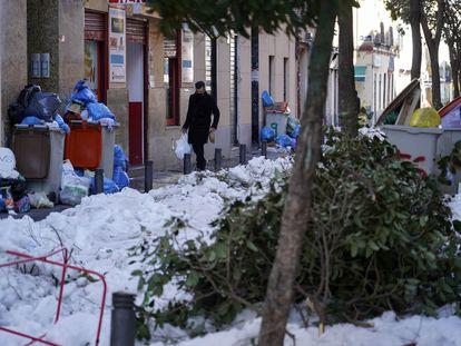 Basura, ramas de árboles, hielo y nieve en una calle del barrio de Bellas Vistas, el pasado miércoles.