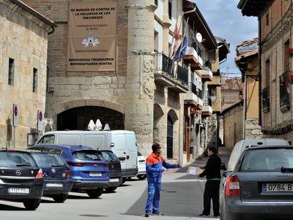 Un repartidor entrega un paquete ante el Ayuntamiento de Treviño (Burgos).