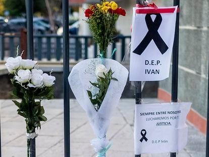 Flores en el lugar donde Iván fue golpeado hasta la muerte, en Velilla de San Antonio, Madrid.