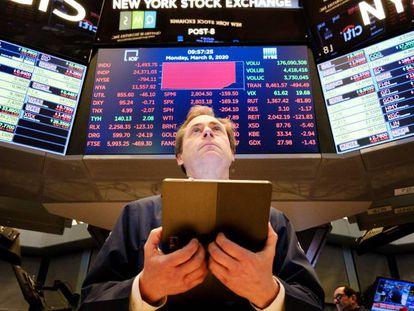 Un broker trabaja este lunes en la Bolsa de Wall Street, en Nueva York (Estados Unidos).