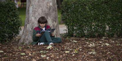 Un niño lee en la Feria del Libro de Madrid.