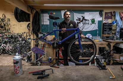 """""""Lo que más disfruto es la libertad al ir en bici. El aire en la cara, viajar y parar donde quieras…"""", explica Hernández. """"De esto saco mucha satisfacción. Y queremos que conozcan el barrio: es de los que ya no quedan, de esos en los que los niños juegan en la calle""""."""