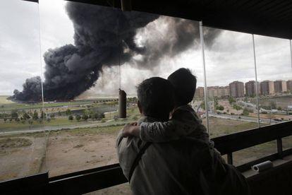 Incendio en el cementerio de neumáticos de Seseña desde la urbanización El Quiñón.