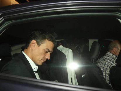 Pedro Sánchez, este miércoles, a la salida de la sede del PSOE, ya de noche.