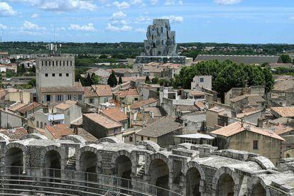 La ciudad provenzal de Arles alguna vez inspiró a artistas como Picasso y Van Gogh.  Ahora ha inspirado al arquitecto Frank Gehry y a la coleccionista suiza Maya Hoffmann a crear un