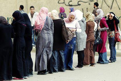 Un grupo de mujeres se manifiesta ayer en El Cairo contra el régimen.