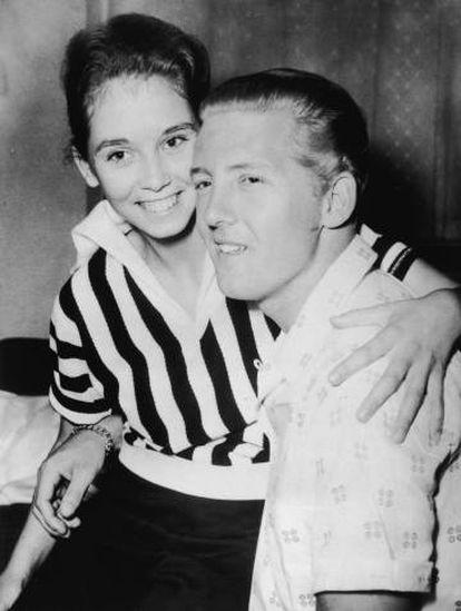 Jerry Lee se casó con su prima Myra, de 13 años (en la foto los dos en 1958). Cuando se descubrió, los medios y el público le repudiaron. Hasta la fecha, el cantante se ha casado siete veces.