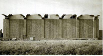 Aspecto original del polideportivo de la Alhóndiga, en una foto histórica de 2004.