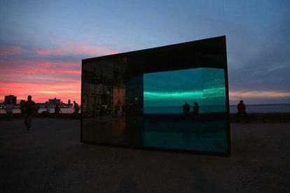 """""""Inmersión"""", 2019 Espejo de seguridad laminado, estructura de acero inoxidable, planchas de hierro y cristal de seguridad laminado"""
