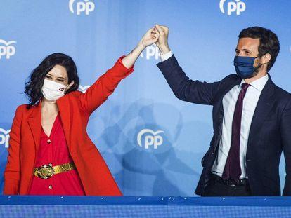 Isabel Díaz Ayuso y Pablo Casado, en el balcón de Génova, tras la victoria del PP en las elecciones de Madrid.