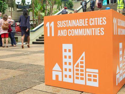 Escalinata de entrada a la sede de ONU Habitat en Nairobi durante la Primera Asamblea General del Programa de las Naciones Unidas para los Asentamientos Humanos.