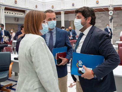 El presidente de Murcia, Fernando López Miras, con la vicepresidenta Isabel Franco y el portavoz del PP en la Asamblea Regional, Joaquín Segado, el 2 de junio.