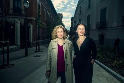 María del Puy Alvarado y Marisa Fernández Armenteros (desde la izquierda), productoras del documental 'El agente topo', nominada a los premios Oscar, en Alonso Martínez, Madrid.
