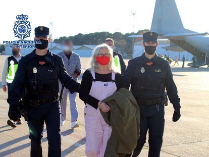 Imagen facilitada por la Policía Nacional de la llegada este domingo a España de la etarra Natividad Jauregui tras ser extraditada por las autoridades belgas.
