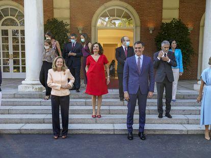 Foto de familia de todos los ministros en la escalinata del Palacio de la Moncloa el pasado martes.