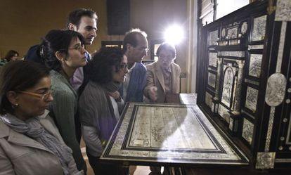 El bargueño de 1609 de marfil y tinta abierto.