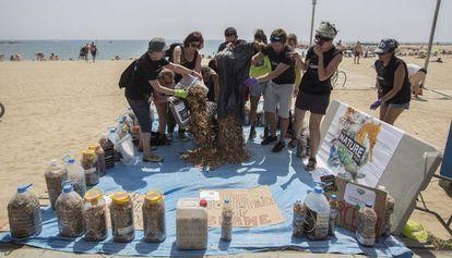 Los activistas después de recoger miles de colillas en la Barceloneta