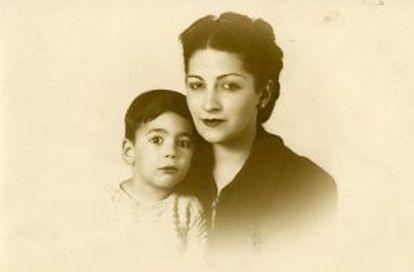 Vargas Llosa, en una foto de infancia junto a su madre.