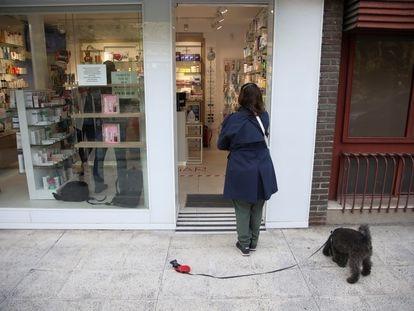 Una clienta aguarda a las puertas de una farmacia del centro de Madrid, este miércoles.