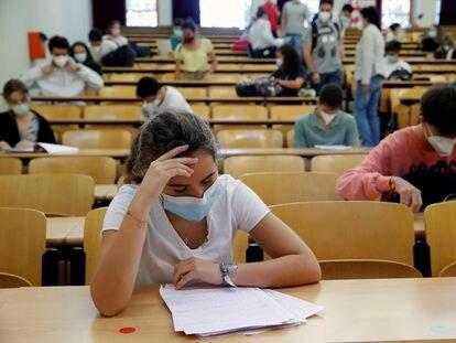 Los estudiantes repasan antes del inicio de la Evaluación para el Acceso a la Universidad en Madrid.