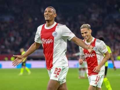 Sebastian Haller celebra haber marcado el cuarto gol del Ajax contra el Borussia Dortmund.