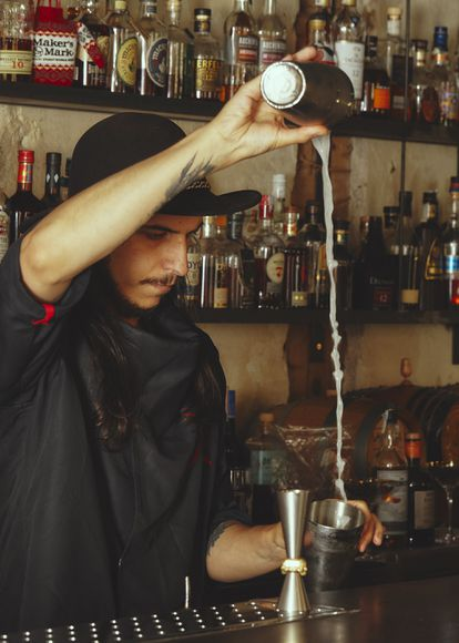 Emmanuel Otero en su coctelería, La Tuerta Funky Castizo.