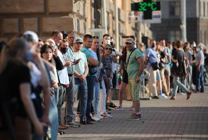 Cientos de personas hacen cola para participar en las protestas individuales (piquetes solitarios) por la libertad de los opositores, este viernes en Minsk.