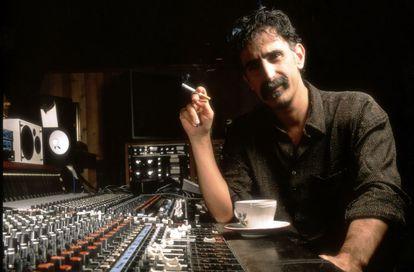 Frank Zappa, en un estudio de grabación en una imagen sin datar.