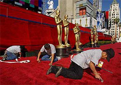 Últimos retoques a la alfombra roja que conduce a los Oscar.