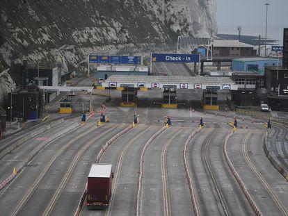 Un camión llega a la zona de entrada del puerto de Dover, el viernes.