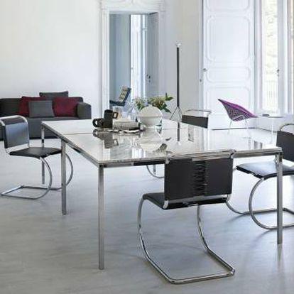 'Total look' contemporáneo de la firma Knoll, con la mesa de comedor diseñada por Florence Knoll en el centro, rodeada por las sillas MR de Mies van der Rohe, que también firma la silla Barcelona, al fondo. Junto a la ventana, la silla auxiliar creada por Bertoia. El sofá es de los diseñadores Edward Barber y Jay Osgerby. |