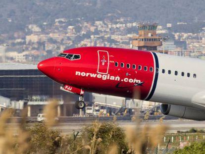 Un avión Boeing 737-800 de Norwegian despega del aeropuerto de El Prat de Barcelona.