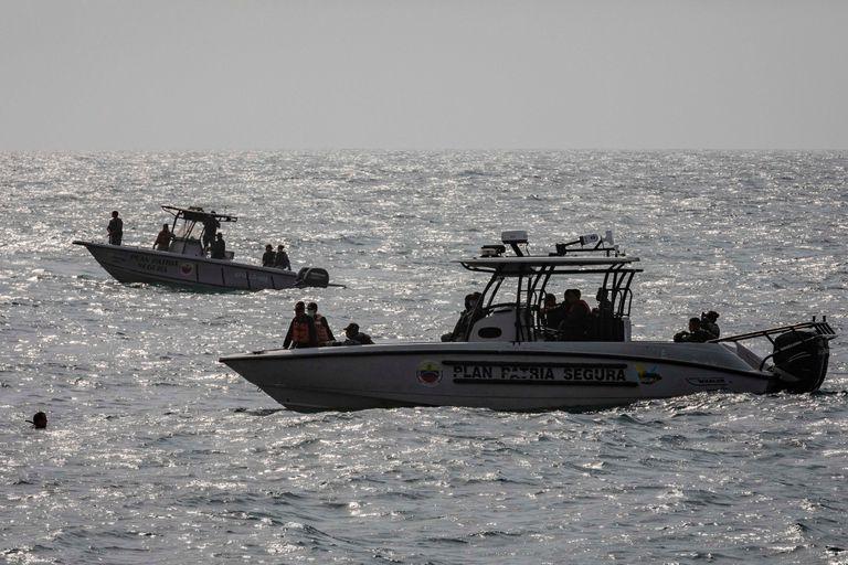 Miembros de las fuerzas de seguridad patrullan las costas de Macuto, La Guaira, este domingo.