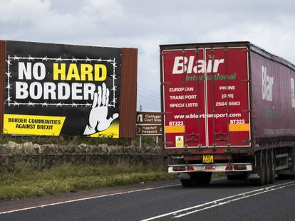 Un camión pasa junto a un cartel del Brexit en Raversdale (Irlanda) el 11 de septiembre.