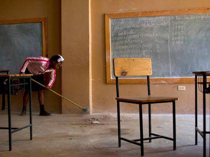 Una niña barre un aula en la Escuela Nacional de Furcy, a dos horas de Puerto Príncipe (Haití).