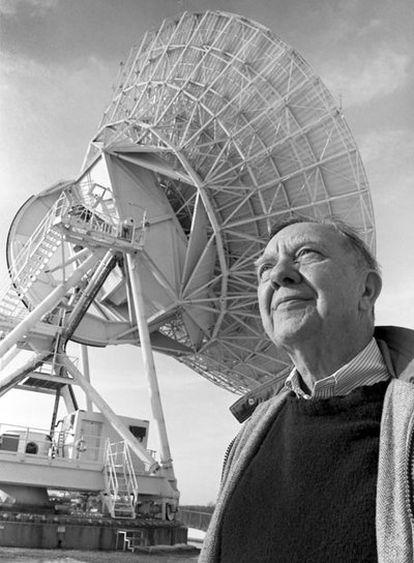 James van Allen, junto a un radiotelescopio en una imagen de 1994.
