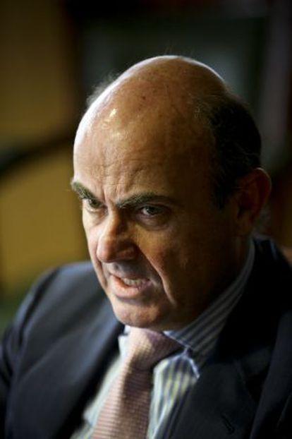 El ministro de Economía, Luis de Guindos, en su despacho del ministerio.