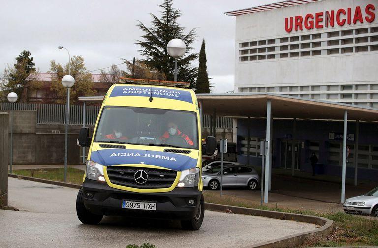 Una ambulancia sale del hospital de Soria la semana pasada.