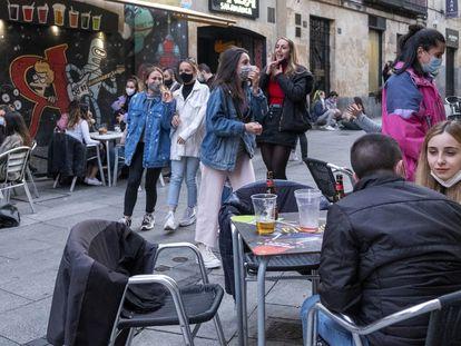 Ambiente de jóvenes en el centro de Salamanca en el primer fin de semana sin estado de alarma.