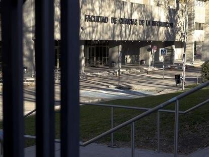 Facultad de Ciencias de la Información de la Universidad Complutense, tras el cierre por el estado de alarma.