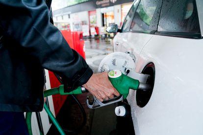 Una mujer pone gasolina a su vehículo en una gasolinera de Madrid esta semana.