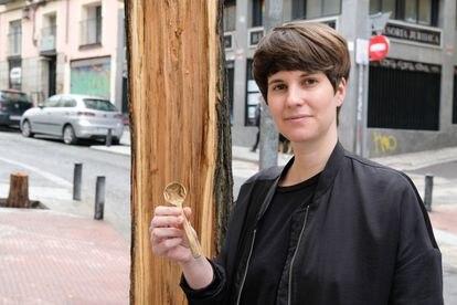 Sara Navarro con la cuchara de la madera caía del árbol de su calle.